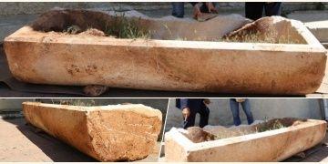 Nevşehirde bir tarlada kapağı kırık mermer lahit bulundu