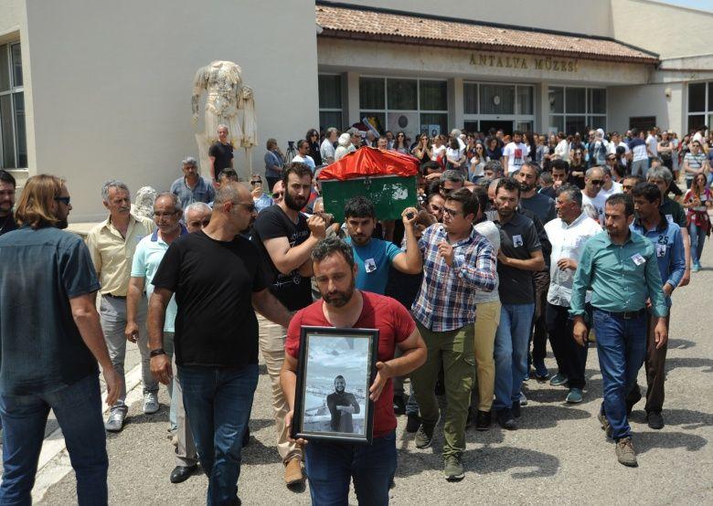 Arkelog Sinan Sertel'in cenazesinde gözyaşları sel olup aktı