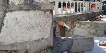 Datçada İlkokulun bahçe duvarından 2300 yıllık kitabe söküldü