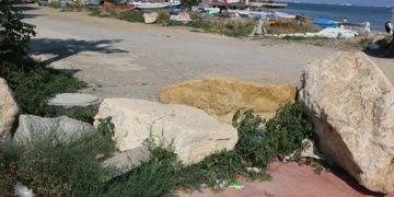 Tarihi eser niteliğindeki kayalar yol kesmek için bariyer olarak kullanıldı