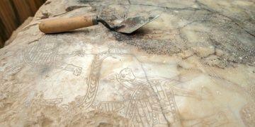 Ayanis kalesi arkeoloji kazıları yer yer cımbız ve dişçi aletleriyle yapılıyor