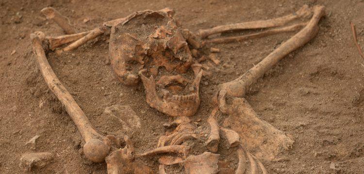 Mezarında 'keyif çatan' iskelet arkeogları şoke etti