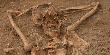 Mezarında keyif çatan iskelet arkeogları şoke etti
