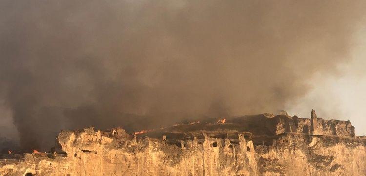Hasankeyf'te tarihi darphane alanındaki yangın korkuttu