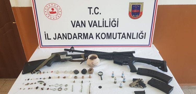 Van'ın Muradiye ilçesinde 45 parça tarihi eser yakalandı
