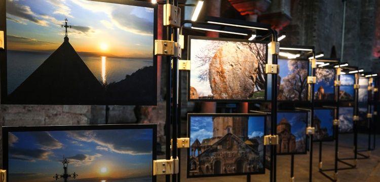 İzzet Keribar'ın Akdamar fotoğrafları Aya İrini'de sergileniyor