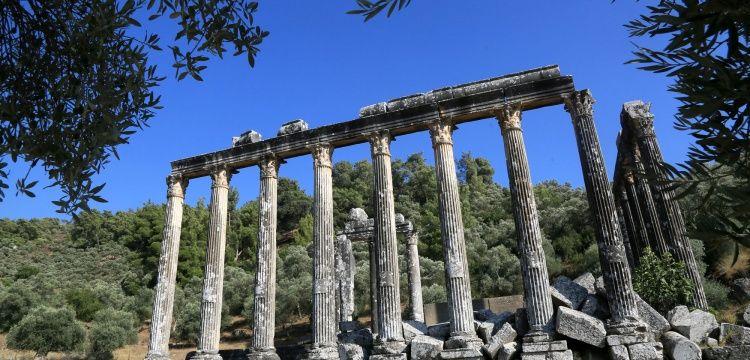 Euromos Antik Kentindeki Zeus Tapınağı ayağa kaldırılıyor