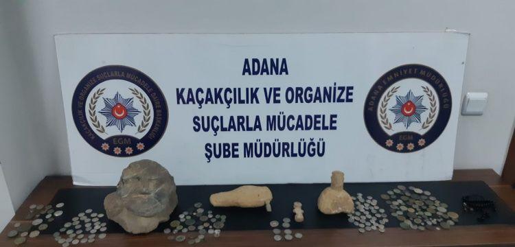 Adana'da otomobilin motor kısmına saklanan tarihi eserler yakalandı