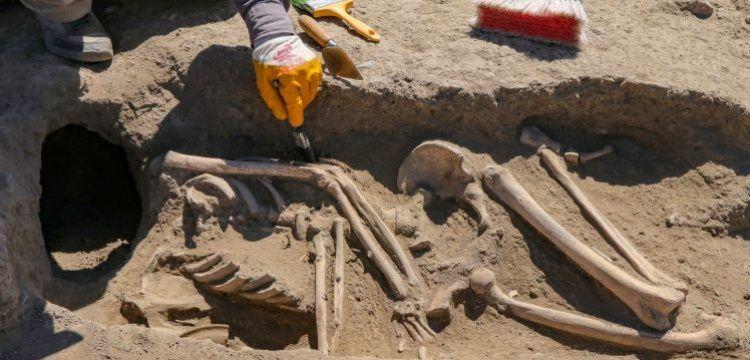 Van Kalesi'nde başsız gömülmüş Urartu kadın iskeleti bulundu