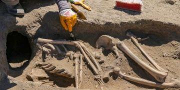 Van Kalesinde başsız gömülmüş Urartu kadın iskeleti bulundu