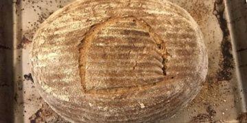 Beş bin yıllık maya ile ekmek pişirdi, yağ sürüp yedi!