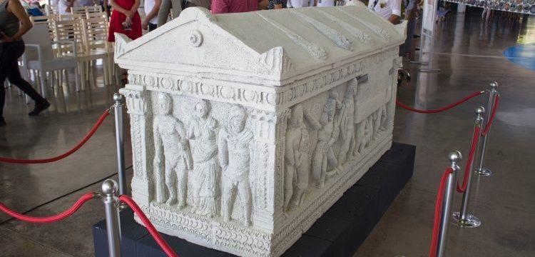 Herakles Lahdi'nin replikası Antalya Akvaryum Fuaye alanında sergileniyor
