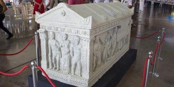 Herakles Lahdinin replikası Antalya Akvaryum Fuaye alanında sergileniyor