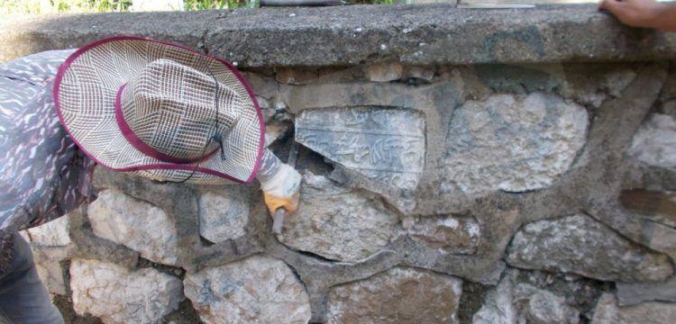 Mezarlık duvarına devşirme malzeme olan tarihi kitabeler söküldü
