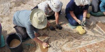 İngilterede nadir görülen bir Roma mozaiği bulundu