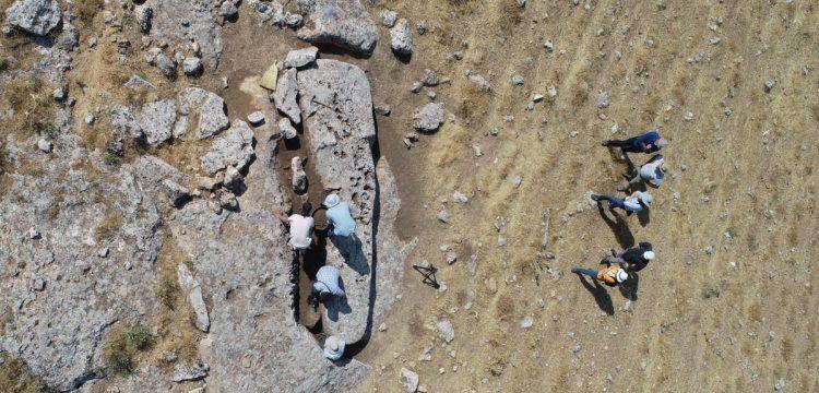 Arkeologlar Karahantepe'deki ilk dikilitaşları topraktan çıkarttı