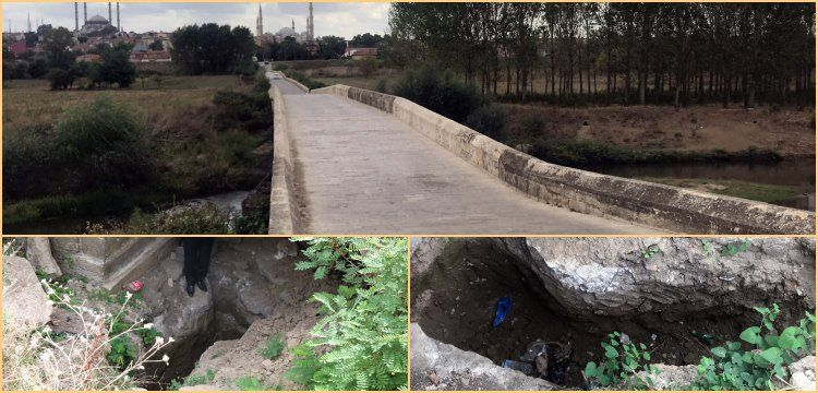 Tarihi taş köprünün ayağına define bulmak için çukur kazdılar