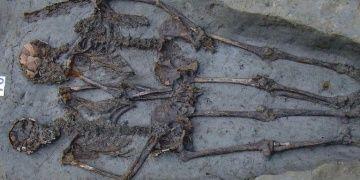 Bin beşyüz yıllık mezarda el ele tutuşan iki iskelet erkek çıktı