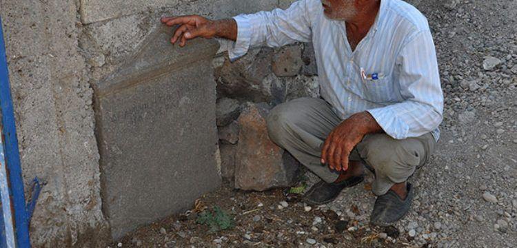 İslahiye'de duvar taşı olarak kullanılan antik mezar steli bulundu