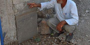 İslahiyede duvar taşı olarak kullanılan antik mezar steli bulundu