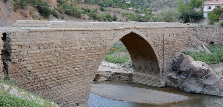 Baraj gölünün suları çekilince tarihi Torul Köprüsü yeniden ortaya çıktı