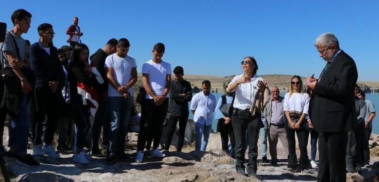 Arkeoloji öğrencileri eğitim yılına Güvercinkayası Höyüğü'nde başladı