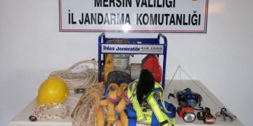 Tarsusta kaçak kazı yapan 3 defineci antik mermer levha ile yakalandı