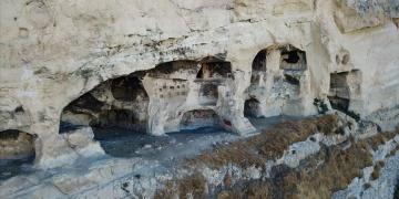 Çemişgezekin kayalara oyulmuş in delikleri turistleri bekliyor
