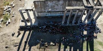 Kütahyalı Öğrenciler Zeus Tapınağı önünde kitap okundu