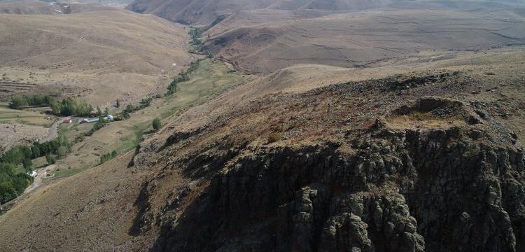 Erzurum'daki 3 bin yıllık kaleye arkeologlardan önce defineciler ulaştı