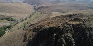 Erzurumdaki 3 bin yıllık kaleye arkeologlardan önce defineciler ulaştı