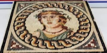 Bursada 2 bin yıllık olduğu tahmin edilen mozaik tablo yakalandı