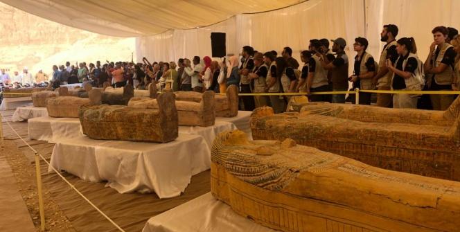 Mısırda üst üste bulunan boyalı 30 ahşap tabut sergilendi