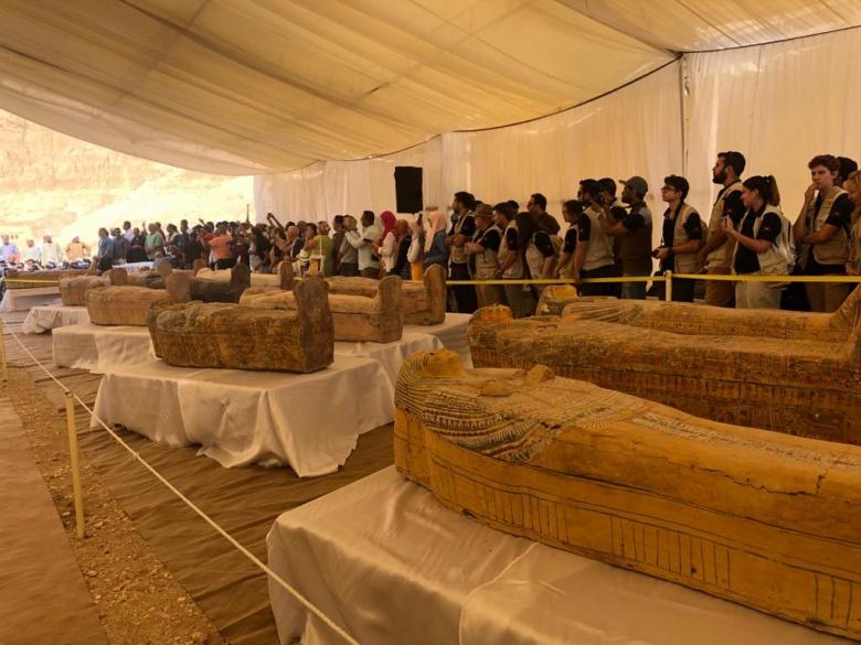 Mısır'da üst üste bulunan boyalı 30 ahşap tabut sergilendi