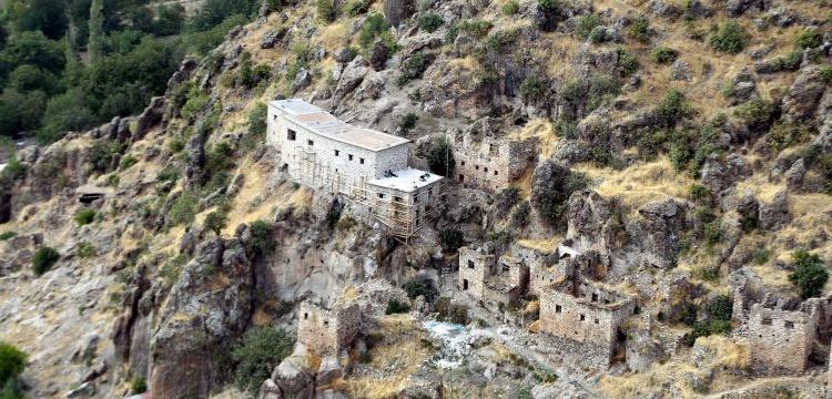 Çukurca'nın tarihi taş evlerinde restorasyon çalışmaları sürüyor