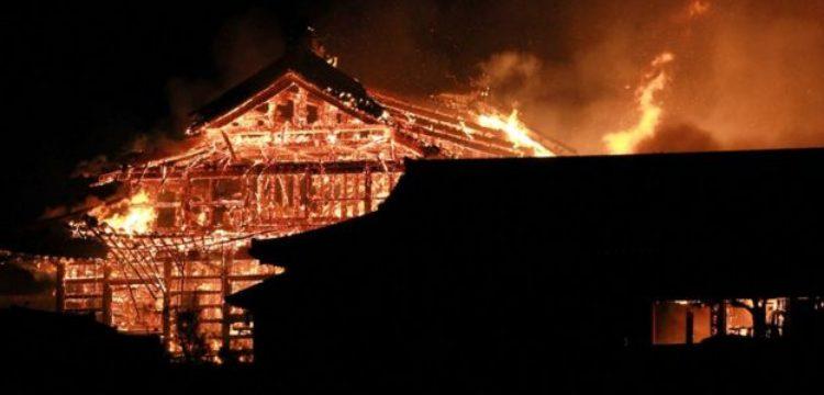 Japonya'nın 500 yıllık tarihi mirası Shuri Kalesi yanarak kül oldu