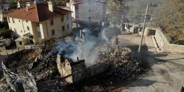 Aksekinin ünlü düğmeli evlerinden biri daha yangın sonucu yok oldu