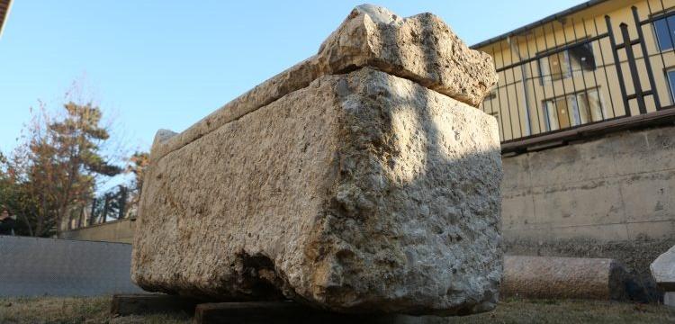 Çorum'da belediye işçileri bir kadına ait 2 bin yıllık lahit buldular