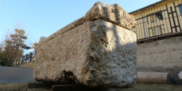 Çorumda belediye işçileri bir kadına ait 2 bin yıllık lahit buldular