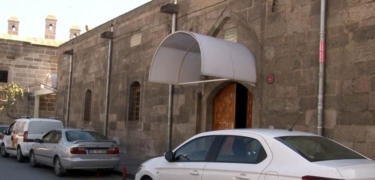 Tarihi Caminin kapısına takılan plastik tente Vakıflar'ı da rahatsız etti