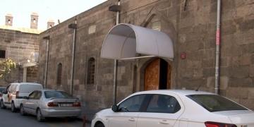 Tarihi Caminin kapısına takılan plastik tente Vakıfları da rahatsız etti