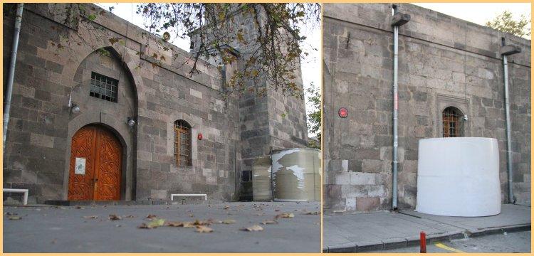 Kayseri'de Camii Kebir'in kapısına takılan plastik tenteler söküldü