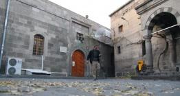 Kayseride Camii Kebirin kapısına takılan plastik tenteler söküldü