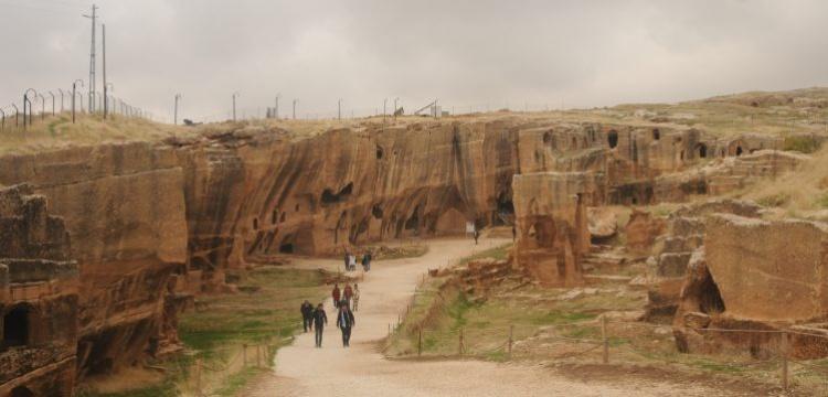 9 ülkenin büyükelçileri Dara Antik Kenti ve Kasımiye Medresesi'ni gezdi