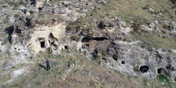 Silvanda Kaya Mezarı içinde Süryanice kitabe bulundu