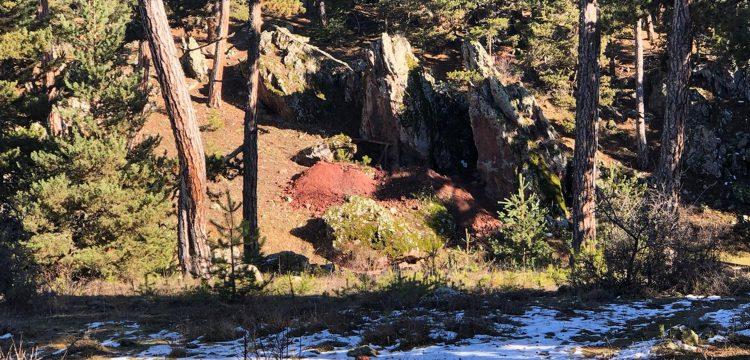 Kütahya'da altın dolu küp hayaliyle kayaları parçalayan 8 defineci yakalandı