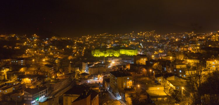 Tarihi Bitlis Kalesi ışıklandırıldı