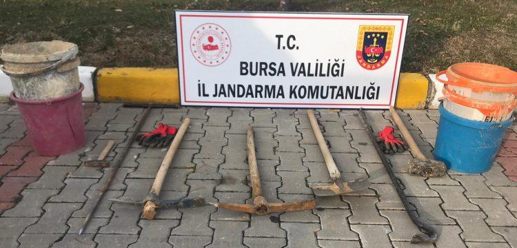 Bursa'da gömü var diye ormana 6 metre çukur kazan 2 defineci yakalandı