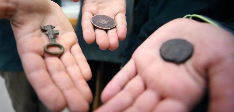 Düzceli öğrenciler sokakta oynarken tarihi sikkeler ve anahtar buldular