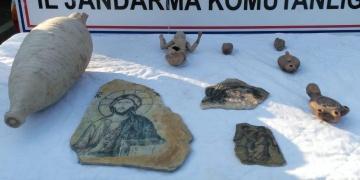 İzmirde tarihi eser olduğu sanılan eserler yakalandı